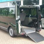 Klapprampe und ein Rollstuhlhaltesystem angebracht